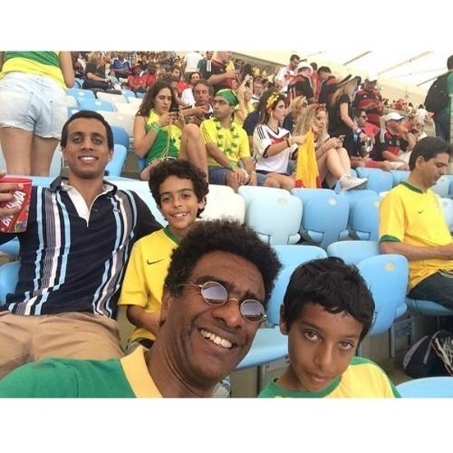 """4.jul.2014 - Hélio De La Peña vai ao estádio do Maracanã com a família para o embate entre França e Alemanha na quarta de final. """"Os De La Peña no embate europeu #GER x #FRA"""", disse o humorista no Instagram"""