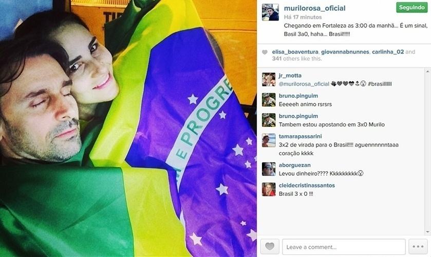 """4.jul.2014 - Murilo Rosa viaja à Fortaleza com a mulher, a top Fernanda Tavares, para assistir ao jogo do Brasil contra a Colômbia, e faz aposta. """"Chegando em Fortaleza as 3:00 da manhã... É um sinal, Brasil 3a0, haha... Brasil!!!!!"""", escreveu"""