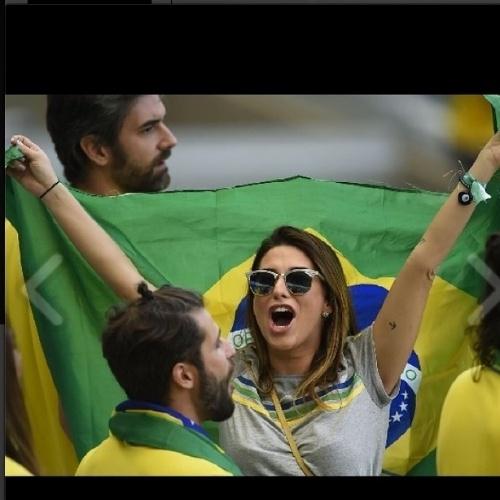 """4.jul.2014 - Na torcida, Fernanda Paes Leme surge vibrando com a bandeira do Brasil e diz: """"Eu Acredito!"""". A Seleção enfrenta a Colômbia nesta sexta, nas quartas de final"""