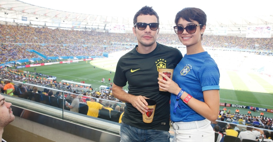 4.jul.2014 - Namorados, Sophie Charlotte e Daniel de Oliveira acompanham juntos o jogo entre França e Alemanha no estádio do Maracanã, no Rio de Janeiro