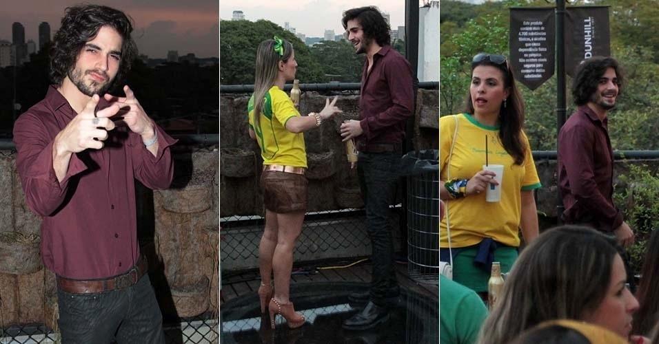 4.jul.2014 - O ator Fiuk conversa durante uma festa em São Paulo durante o jogo entre Brasil e Colômbia