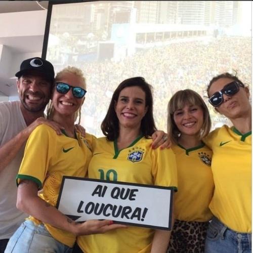 """4.jul.2014 - Socialite Narcisa se prepara para acompanhar a partida entre Brasil e Colômbia com os amigos. """"Nosso grupinho Ai que badalo"""", escreveu Narcisa na legenda da imagem"""