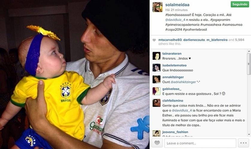 """4.jul.2014 - Solange Almeida, cantora do Aviões do Forró, mostra a seguidores foto do craque David Luiz com sua filha, Maria Esther. """"bomdiaaaaaaa!! É hoje. Coração a mil.. Até @davidluiz_4 n resistiu a ela.. #jogapramim #primeiracopademaria #rumoaohexa #somosumso #copa2014 #prafrentebrasil"""", escreveu ela na legenda"""