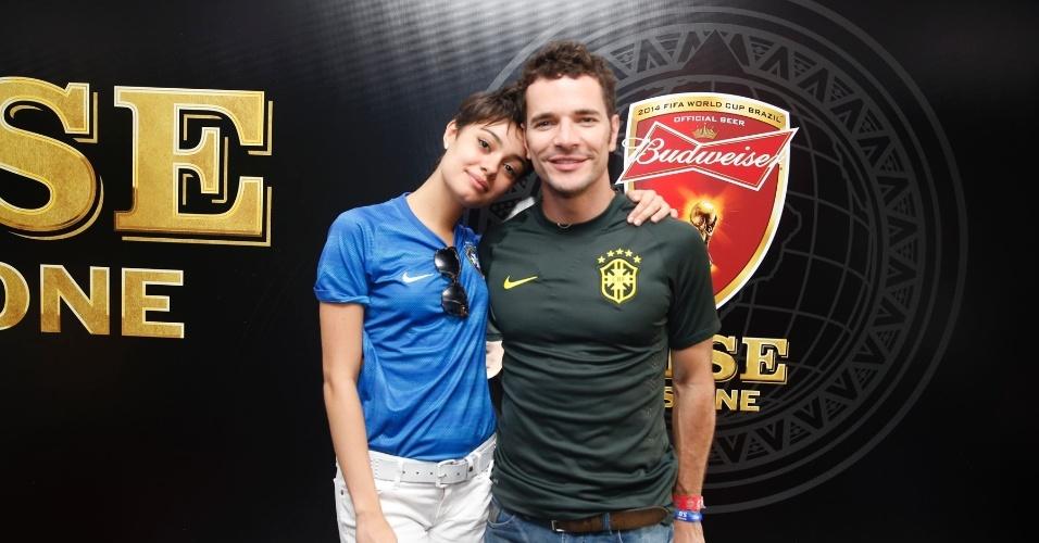 4.jul.2014 - Sophie Charlotte e Daniel de Oliveira posam juntos em camarote no estádio do Maracanã, no Rio de Janeiro. Eles acompanham o jogo entre França e Alemanha
