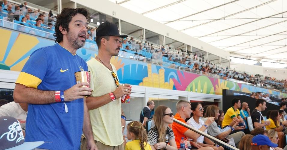 4.jul.2014- Bruno Mazzeo e Paulinho Vilhena assistem ao jogo entre França e Alemanha no Maracanã, no Rio de Janeiro