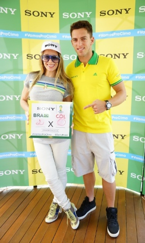 4.jul.2014 -Danielle Winits e Amaury Nunes apostam em um placar de 2 a 0 para o Brasil no jogo contra Colômbia. O casal está na Arena Castelão, em Fortaleza, para acompanhar a partida