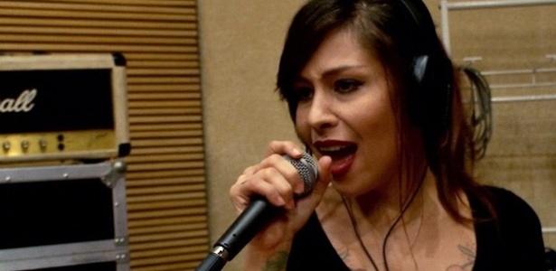 """A cantora Pitty durante gravação da música """"Agora Só Falta Você"""" para a série da Globo """"Malhação"""" - Produção/Malhação/Gshow"""