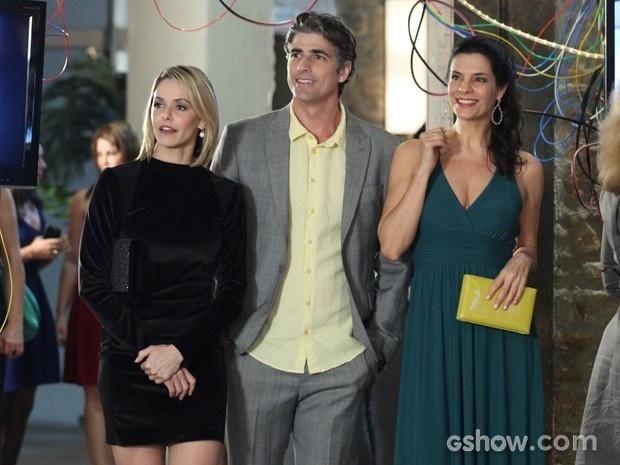 Cadu chega com Silvia e Verônica na exposição de Marina