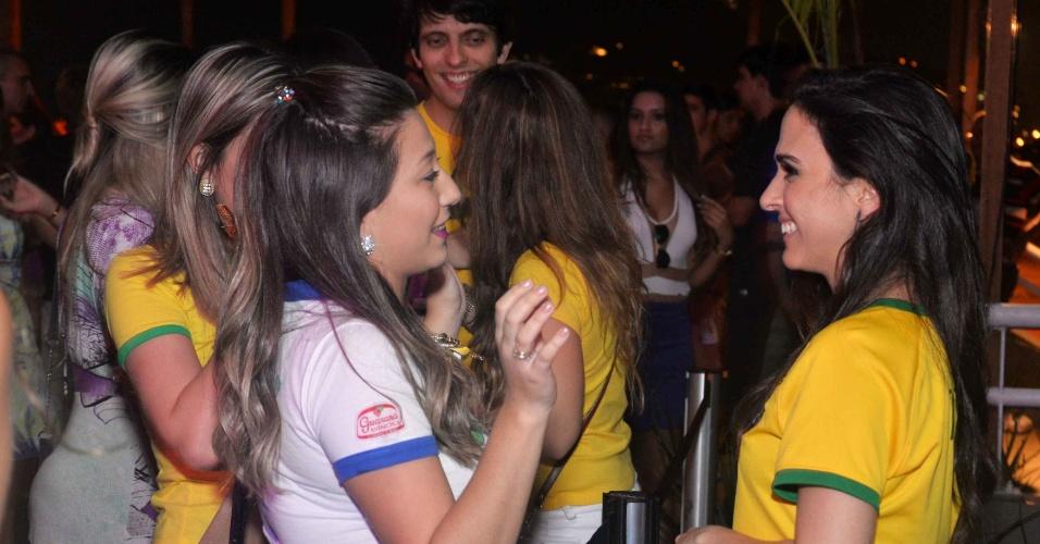 4.jul.2014 - A atriz Tatá Werneck conversa com uma fã durante a exibição da partida entre Brasil e Colômbia no Terraço Lagoa, no Rio