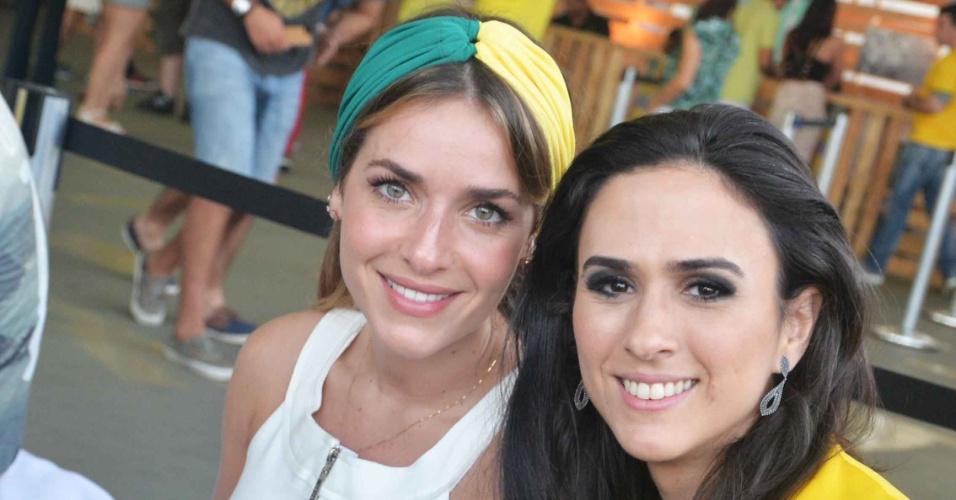 4.jul.2014 - As atrizes Monique Alfradique e Tatá Werneck assistem à partida entre Brasil e Colômbia no Terraço Lagoa, no Rio