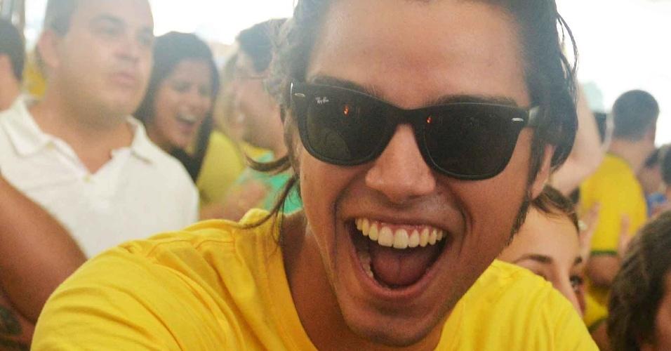 4.jul.2014 - O ator Rodrigo Simas assiste à partida entre Brasil e Colômbia no Terraço Lagoa, no Rio