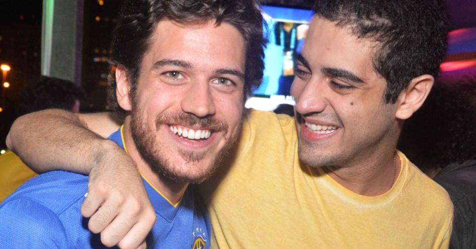 4.jul.2014 - Os atores Marco Pigossi e Miguel Rômulo assistem ao jogo entre Brasil e Colômbia no Terraço Lagoa, no Rio