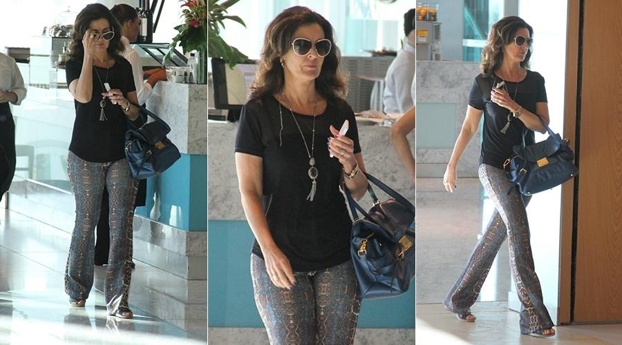 5.jul.2014 - Fátima Bernardes vai a salão de beleza no Rio