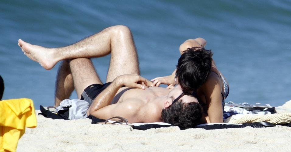 5.jul.2014 - Os atores Daniel de Oliveira e Sophie Charlotte namoram na areira da praia do Leblon, na zona sul do Rio