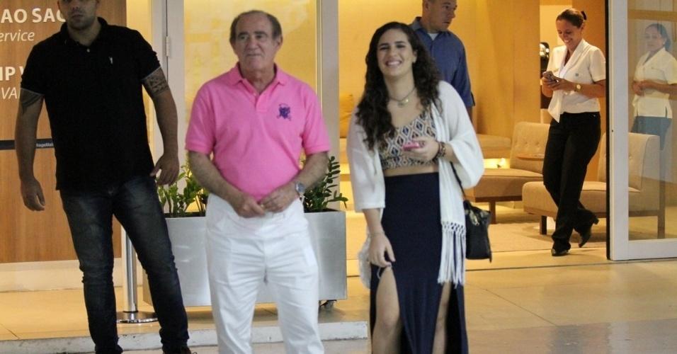5.jul.2014 - Renato Aragão passeia com a filha em shopping do Rio