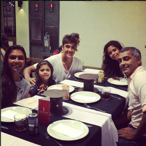 5.jul.2014 - Romário janta com quatro dos seis filhos no Rio