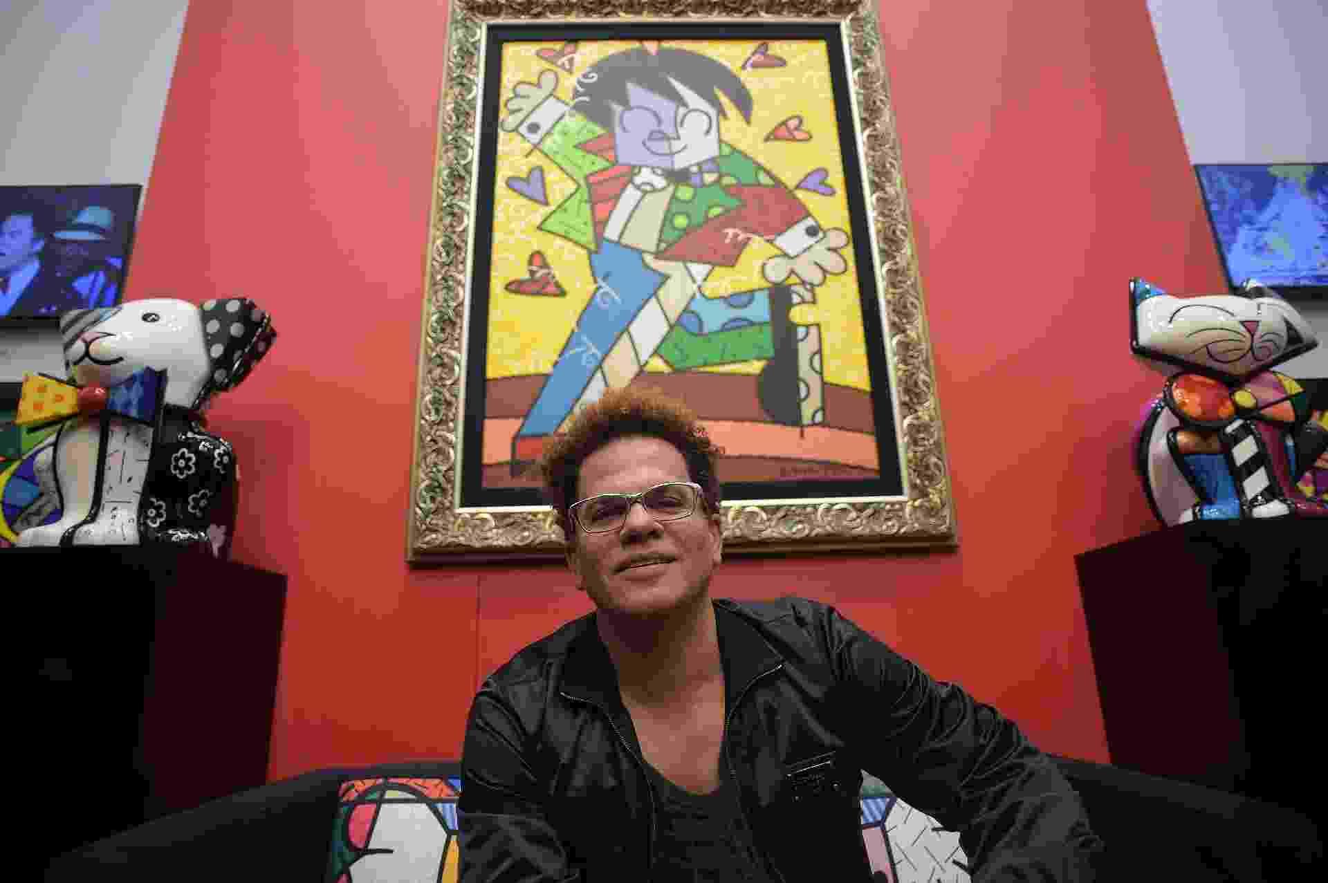 5.jul.2014 - O artista plástico Romero Britto faz tarde de autógrafos em galeria em shopping de Campos do Jordão (SP); quadro ao fundo vale R$ 250 mil - Reinaldo Canato/UOL