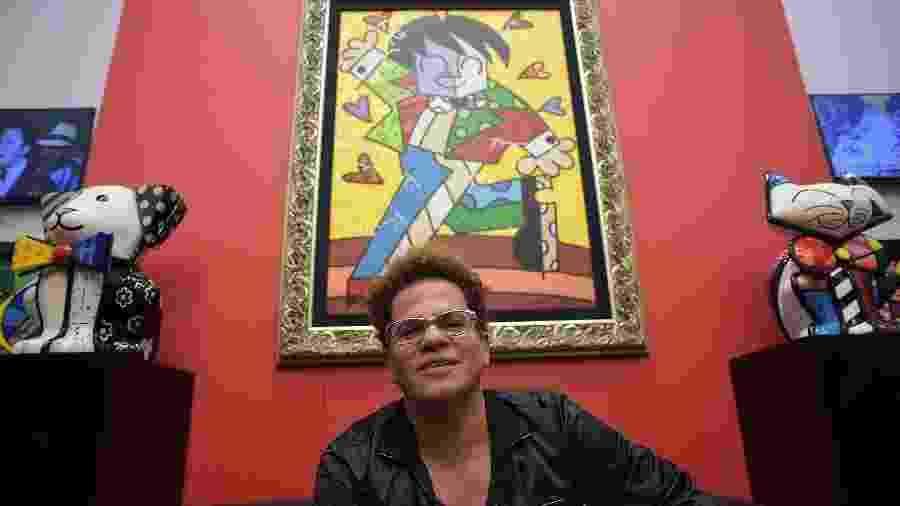 O artista plástico Romero Britto faz tarde de autógrafos em galeria em shopping de Campos do Jordão (SP) em 2014; quadro ao fundo vale R$ 250 mil - Reinaldo Canato/UOL