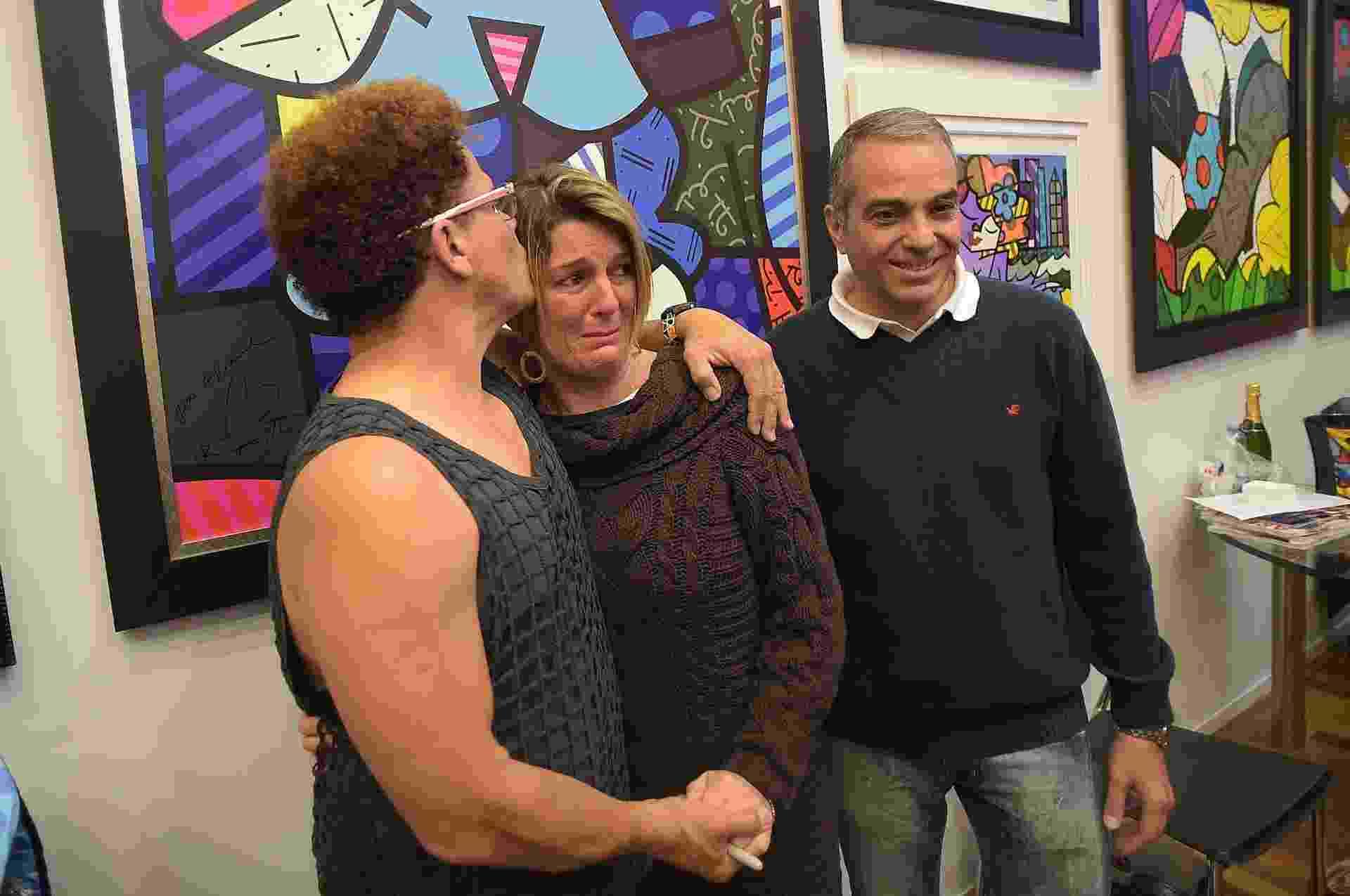 5.jul.2014 - A artista plástica Eliane Bruno, 39, chora ao receber beijo e autógrafo em seu primeiro quadro do ídolo Romero Britto durante noite de autógrafos em galeria de shopping de Campos do Jordão (SP) - Reinaldo Canato/UOL