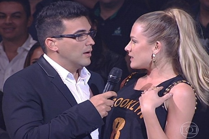 "6.jul.2014 - André Marques entrevista a atriz Fiorella Matheis na plateia do ""SuperStar"""