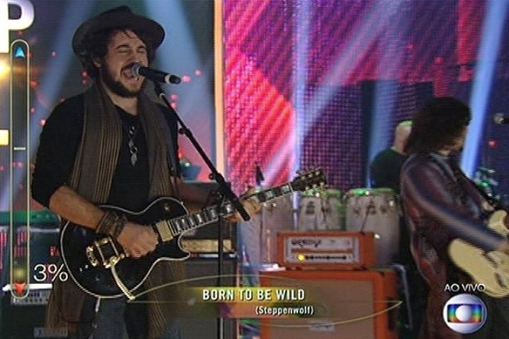 "6.jul.2014 - Com a música ""Born To Be Wild"", a banda Suricato consegue 50% de aprovação na final do ""SuperStar"""