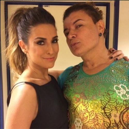 """6.jul.2014 - David Brazil posa com Fernanda Paes Leme nos bastidores do """"SuperStar"""""""