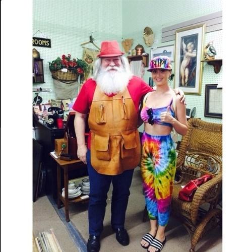 6.jul.2014 - Em viagem à Flórida, Katy Perry tira foto com Papai Noel de folga