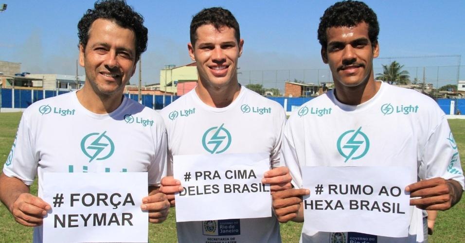 6.jul.2014 - Marcos Palmeira, José Loreto e Marcello Melo Jr. homenageiam Neymar em partida de futebol em Itaguaí, no Rio