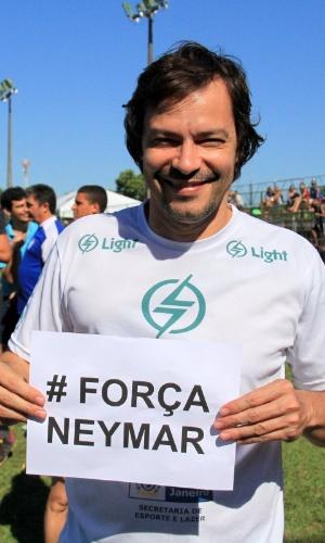 6.jul.2014 - O ator Heitor Martinez homenageia Neymar em partida de futebol em Itaguaí, no Rio