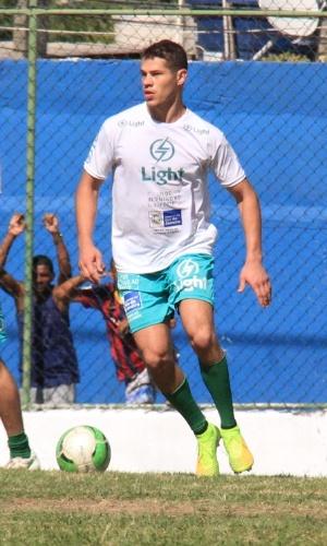 6.jul.2014 - O ator José Loreto joga partida de futebol beneficente em Itaguaí, no Rio