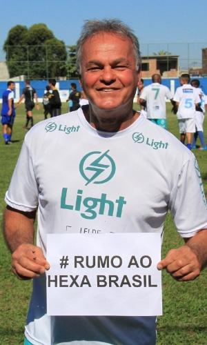 6.jul.2014 - O ator Kadu Moliterno manda mensagem de apoioà seleção brasileira durante partida de futebol em Itaguaí, no Rio