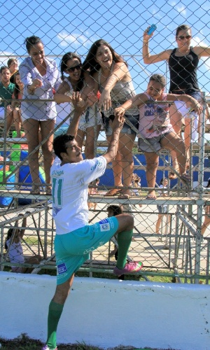 6.jul.2014 - O ator Marcello Melo Jr. cumprimenta fãs durante partida de futebol beneficente em Itaguaí, no Rio