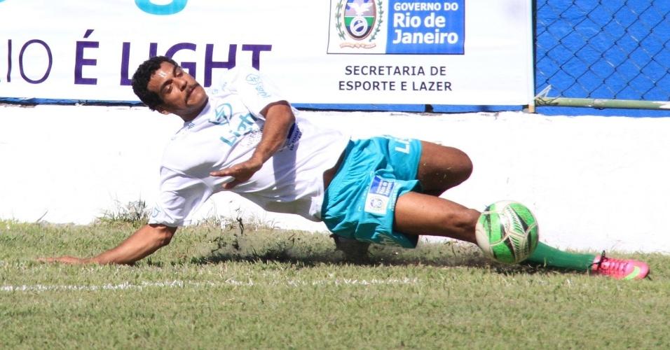 6.jul.2014 - O ator Marcello Melo Jr. joga partida de futebol beneficente em Itaguaí, no Rio