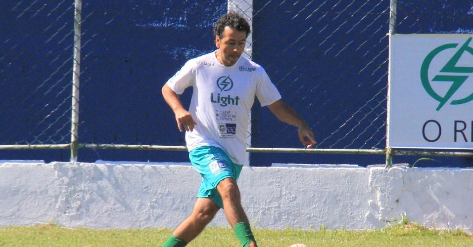 6.jul.2014 - O ator Marcos Palmeira joga partida de futebol beneficente no time dos artistas em Itaguaí, no Rio