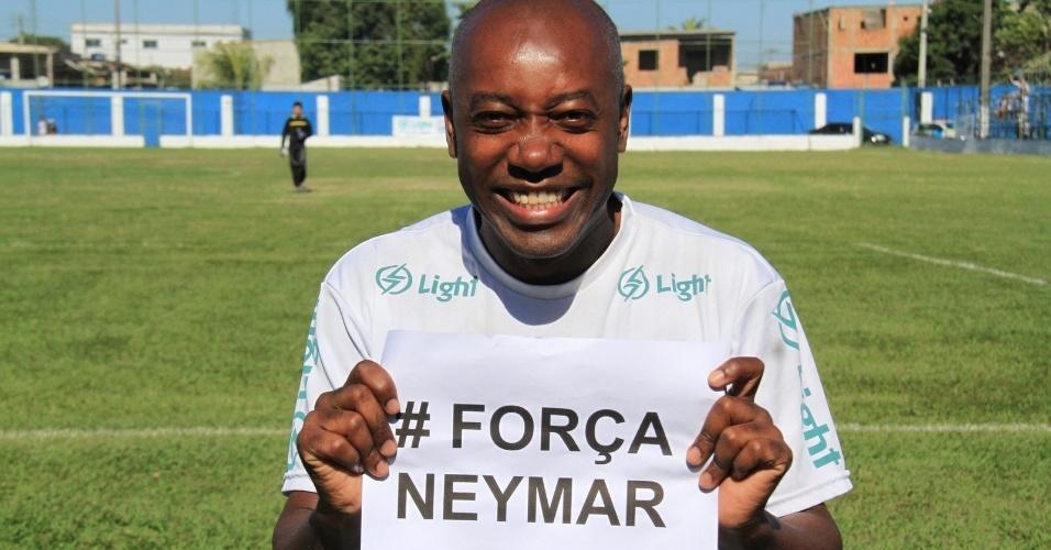 6.jul.2014 - O ator Nando Cunha manda força para Neymar durante partida de futebol em Itaguaí, no Rio