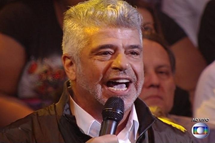 """6.jul.2014 - O cantor Lulu Santos elogia a apresentação da banda Suricato no """"SuperStar"""""""