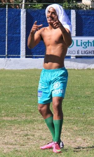 6.jul.2014 - Sem camisa, o ator Marcello Melo Jr. joga partida de futebol beneficente em Itaguaí, no Rio