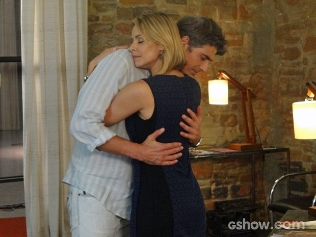 Silvia e Cadu se abraçam durante conversa