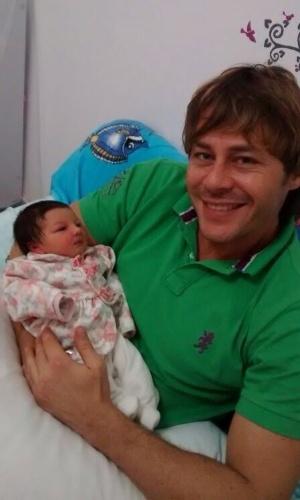 """07.jul.2014- Theo Becker mostra a filha Angelina: """"Ela nasceu e já é linda"""""""