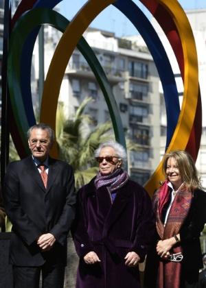 """O artista plástico argentino Rogelio Polesello (centro) posa durante a inauguração de sua escultura """"Espírito Olímpico"""" em Buenos Aires, em 2013; Polesello morreu no domingo (6) - Juan Mabromata/AFP Photo"""