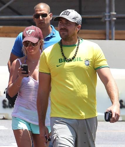 5.jul.2014 - Namorado de Britney Spears, Dave Lucado usa camisa do Brasil para passear com a cantora em Los Angeles, na Califórnia. Na ocasião, Britney usava um shorts curto e uma regata