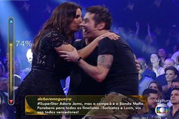 """6.jul.2014 - Dinho Ouro Preto e Ivete Sangalo confraternizam depois da vitória da banda Malta no """"SuperStar"""""""