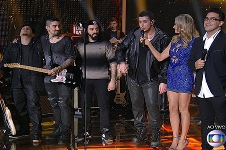 "6.jul.2014 - Fernanda Lima entrevista os integrantes da banda Malta, vencedora do ""SuperStar"""