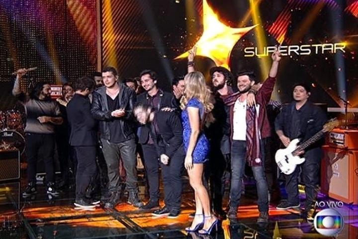 """6.jul.2014 - Fernanda Lima se despede das bandas Suricato e Luan e Forró Estilizado na primeira rodada da final do """"SuperStar"""""""