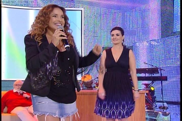 """7.jul.2014 - Daniele Mercury se apresenta no """"Encontro"""" especial de dois anos"""