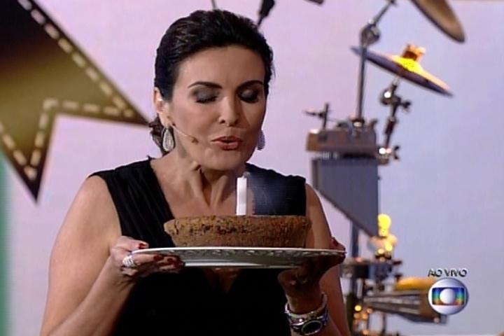 7.jul.2014 - Fátima Bernardes faz pedido ao assoprar vela de bolo pelo aniversário de dois anos do