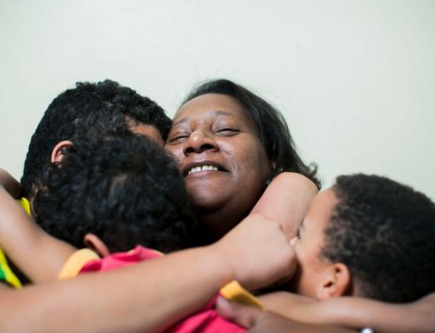 Ligia Gonçalves dos Santos com as crianças do Abrigo 4 da Liga Solidária, em São Paulo (SP) - Leonardo Soares/UOL