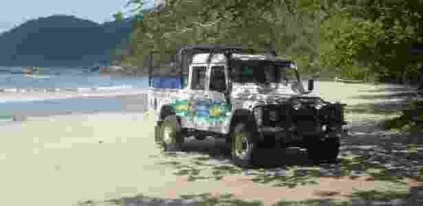 Veículos 4x4 levam turistas até a praia de Castelhanos, uma das mais isoladas de Ilhabela - Celina Cardoso/UOL