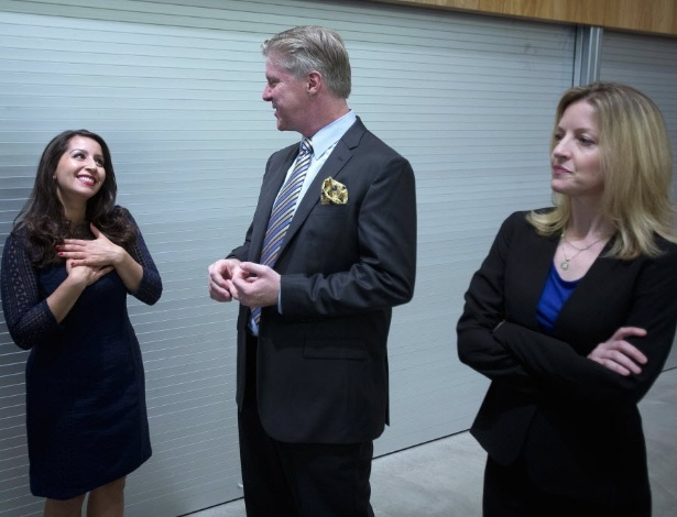 """02.jul.2014 - Os atores Natalie Gallo (como Monica Lewinsky), Karl Kenzler (Bill Clinton) e Alet Taylor (Hillary Clinton) em cena de """"Clinton: O Musical"""" - Reuters"""
