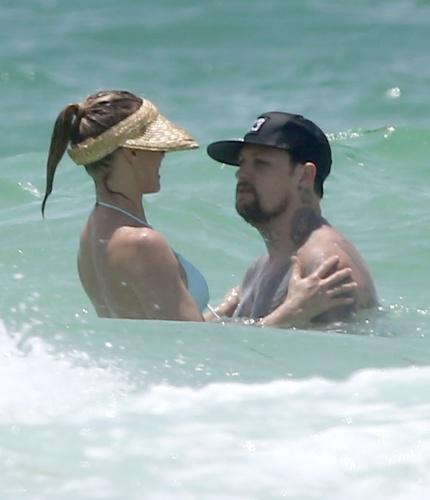 3.jul.2014 - Cameron Diaz e Benji Madden dão mergulho no mar em Anna Maria Island, na Flórida